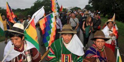 Indígenas bolivianos participan este viernes en una caminata en Trinidad (Bolivia). Los indígenas tienen previsto recorrer sus primeros 17 kilómetros, en su segunda marcha en menos de un año hacia La Paz, para defender el parque natural Tipnis, que el presidente Evo Morales quiere dividir en dos con un carretera financiada por Brasil. EFE