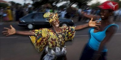 Ciudadanos celebran la liberación del primer ministro y candidato presidencial de Guinea Bissau Carlos Gomes Junior. EFE
