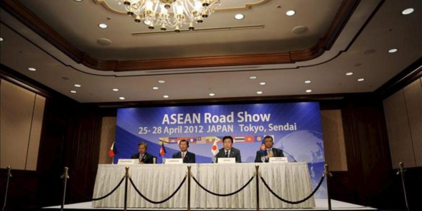 El ministro de economía, comercio e industria de Japón, Yukio Edano (2-d), habla durante una conferencia de prensa este sábado con el secretario general de la ASEAN, Surin Pitsuwan (d), el primer ministro y ministro de comercio de Camboya, Cham Prasidh (2-i), y el secretario de comercio e industria de Filipinas, Gregory Domingo. EFE