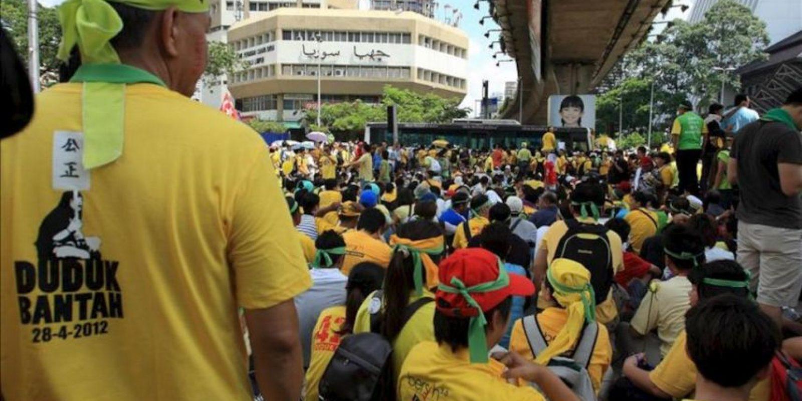 Manifestantes participan en la marcha Bersih (limpieza) hoy en el centro de Kuala Lumpur, Malasia. La protesta es organizada por partidos de oposición exigiendo limpias y justas elecciones que se realizarán en 2013, a pesar de las especulaciones de que el primer ministro Najib pueda anticipar las votaciones. EFE