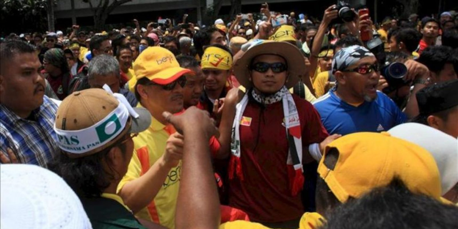El líder opositor Anwar Ibrahim (i, gorra amarilla) llega a la Mezquita Nacional durante la marcha Bersih (limpieza) en el centro de Kuala Lumpur, Malasia. EFE
