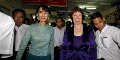 La líder opositora de Birmania y Nobel de la Paz, Aung San Suu Kyi (d), y la jefa de la diplomacia de la Unión Europea, Catherine Ashton (i), se dirigen a una conferencia de prensa hoy durante la visita oficial de tres días de Ashton para normalizar la relaciones bilaterales después de que Bruselas suspendiera las sanciones económicas al país, en Rangún, Birmania (Myanmar). EFE