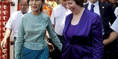 La líder opositora de Birmania y Nobel de la Paz, Aung San Suu Kyi (i), camina con la jefa de la diplomacia de la Unión Europea, Catherine Ashton (d), hoy durante la visita oficial de Ashton para normalizar la relaciones bilaterales después de que Bruselas suspendiera las sanciones económicas al país, en Rangún, Birmania (Myanmar). EFE