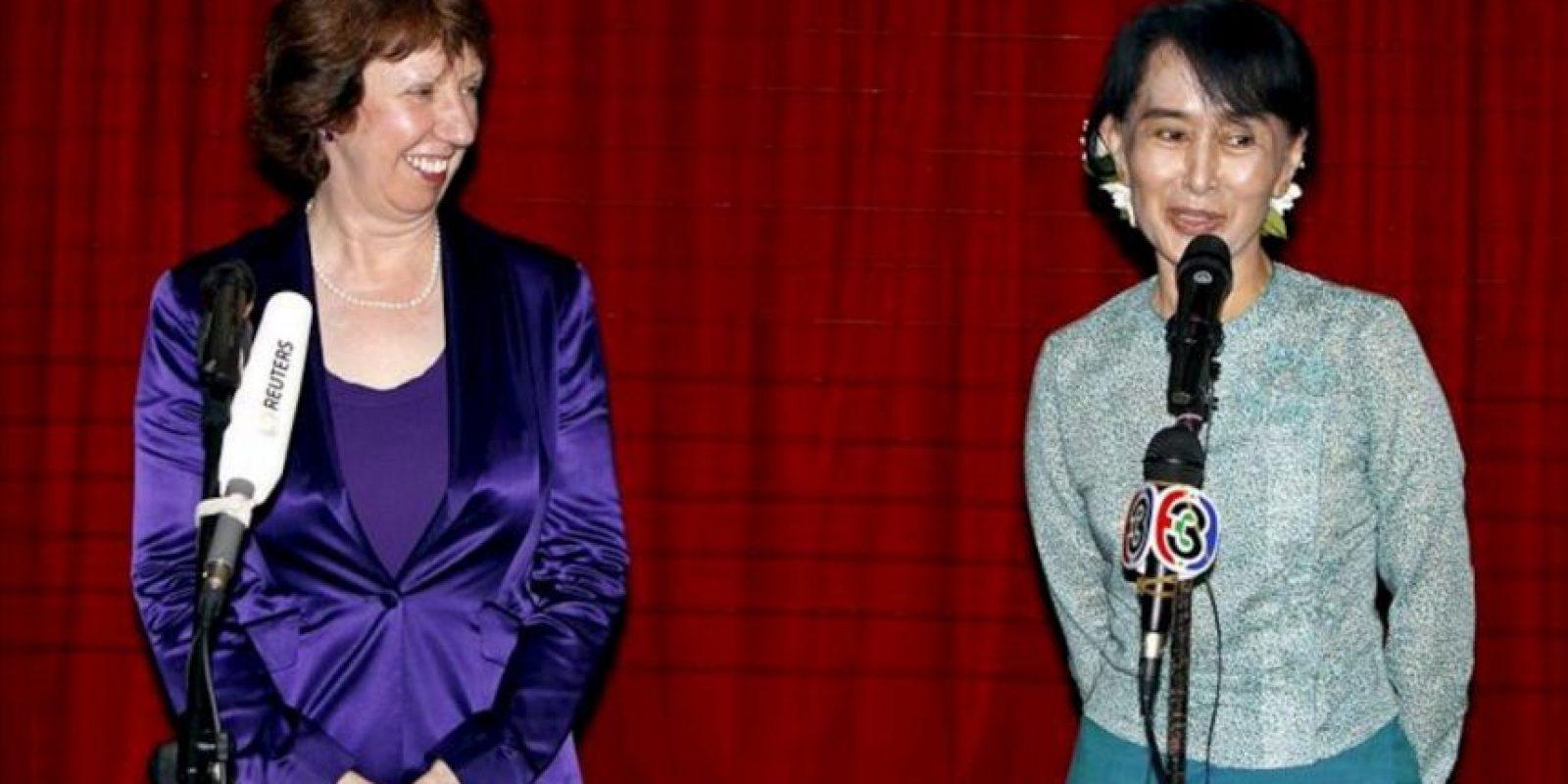 La líder opositora de Birmania y Nobel de la Paz, Aung San Suu Kyi (d), y la jefa de la diplomacia de la Unión Europea, Catherine Ashton (i), ofrecen una conferencia de prensa durante la visita oficial de tres días de Ashton para normalizar la relaciones bilaterales después de que Bruselas suspendiera las sanciones económicas al país, en Rangún, Birmania (Myanmar). EFE