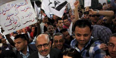 El premio Nobel de la Paz y exdirector general del OIEA el egipcio Mohamed ElBaradei (2ºdcha) es apoyado por sus simpatizantes momentos antes de anunciar el lanzamiento hoy del nuevo partido Adousour (Constitución en árabe) en una rueda de prensa en El Cairo (Egipto). EFE