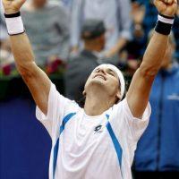 El tenista David Ferrer celebra su victoria frente al canadiense Milos Raonic por 7-6 y 7-6 al término de la primera semifinal del trofeo Conde de Godó que se ha disputado hoy en Barcelona. EFE