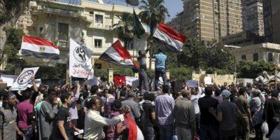 Fotografía de archivo del 24 de abril de 2012 donde un grupo de egipcios se manifiestan delante de la embajada saudí en El Cairo, Egipto. EFE