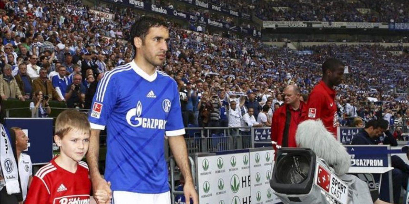 El jugador español del Schalke 04, Raúl González (i) entra al campo antes del inicio del partido de fútbol de la Bundesliga alemana entre FC Schalke 04 y el Hertha BSC en Gelsenkirchen, Alemania. EFE