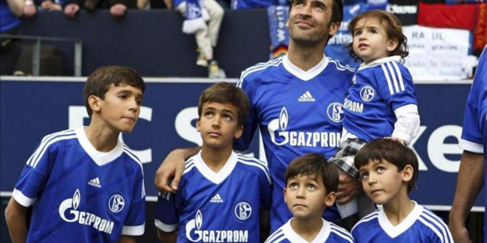 El delantero español del Schalke 04, Raúl González, acompañado por sus hijos, observa una pantalla durante el acto de despedida del club tras el partido de la Bundesliga alemana disputado ante el Hertha BSC, en Gelsenkirchen. EFE