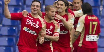 El delantero del Sporting de Gijón Adrián Colunga (i) celebra su gol junto a sus compañeros Alberto Lora (c) y Gastón Sangoy durante el partido, correspondiente a la trigésimo sexta jornada de Liga de Primera División en el estadio Cornellá-El Prat. EFE