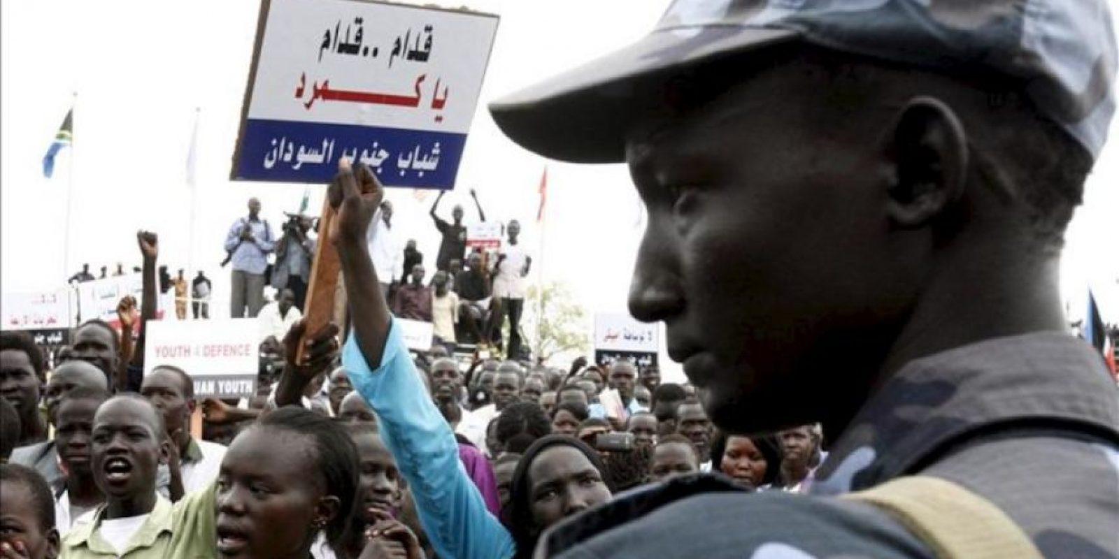Sursudaneses se manifiestan para mostrar su apoyo al ejército, en Yuba, Sudán del Sur. EFE/Archivo
