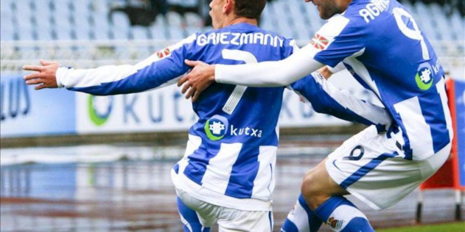 El centrocampista francés de la Real Sociedad Antoine Griezmann (i) celebra su segundo gol, segundo de su equipo, junto a su compañero Imanol Agirretxe durante el partido, correspondiente a la trigésimo sexta jornada de Liga de Primera División, que ha disputado el conjunto vasco con el Racing de Santander en el estadio de Anoeta. EFE