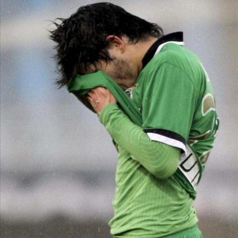 El centrocampista del Racing de Santander Jairo Samperio se lamenta por el descenso de su equipo a Segunda División tras perder ante la Real Sociedad por 3-0 en el partido, correspondiente a la trigésimo sexta jornada de Liga de Primera División, que se ha disputado en el estadio de Anoeta. EFE