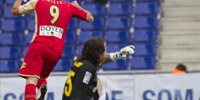 El delantero croata del Sporting de Gijón Mate Bilic (i) celebra su gol, tercero de su equipo, durante el partido, correspondiente a la trigésimo sexta jornada de Liga de Primera División, que disputa el conjunto asturiano ante el RCD Espanyol en el estadio Cornellá-El Prat. EFE