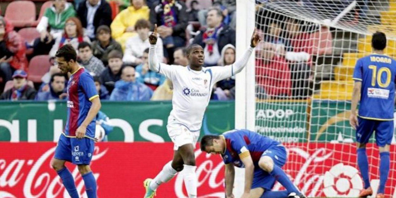 El delantero nigeriano del Granada CF Odion Ighalo (2i) celebra su gol durante el partido, correspondiente a la trigésimo sexta jornada de Liga de Primera División, que ha disputado el conjunto andaluz con el Levante UD en el estadio Ciutat de Valencia. EFE