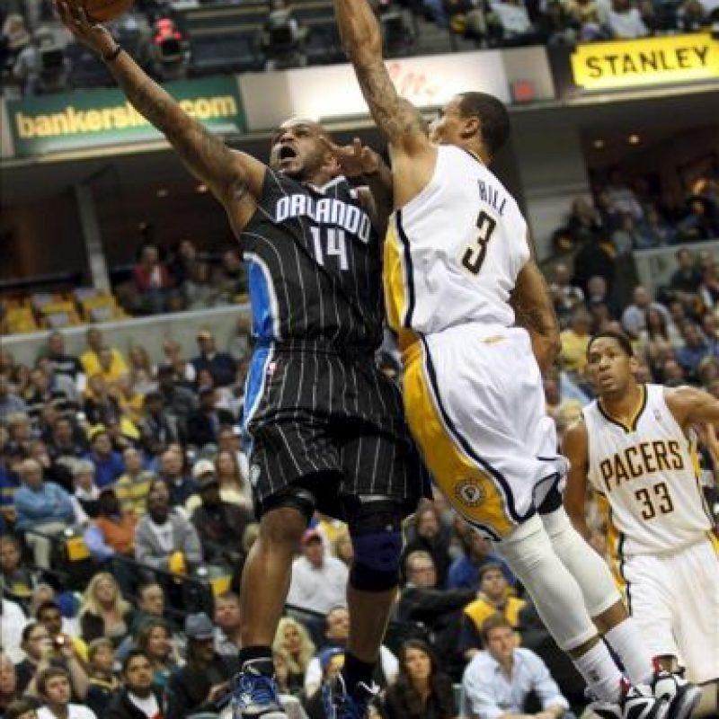 El jugador de Magic Jameer Nelson (i) es marcado por George Hill (d), de Pacers, durante un partido por la NBA en Bankers Life Fieldhouse de Indianapolis, Indiana (EE.UU.). EFE