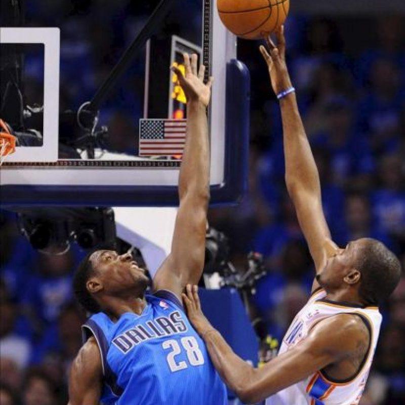 El jugador Ian Mahinmi (i) de los Dallas Mavericks bloquea a Kevin Durant (d) de los Oklahoma Thunders en una partido de la NBA disputado en el Chesapeake Energy Arena de Oklahoma City (EEUU). EFE