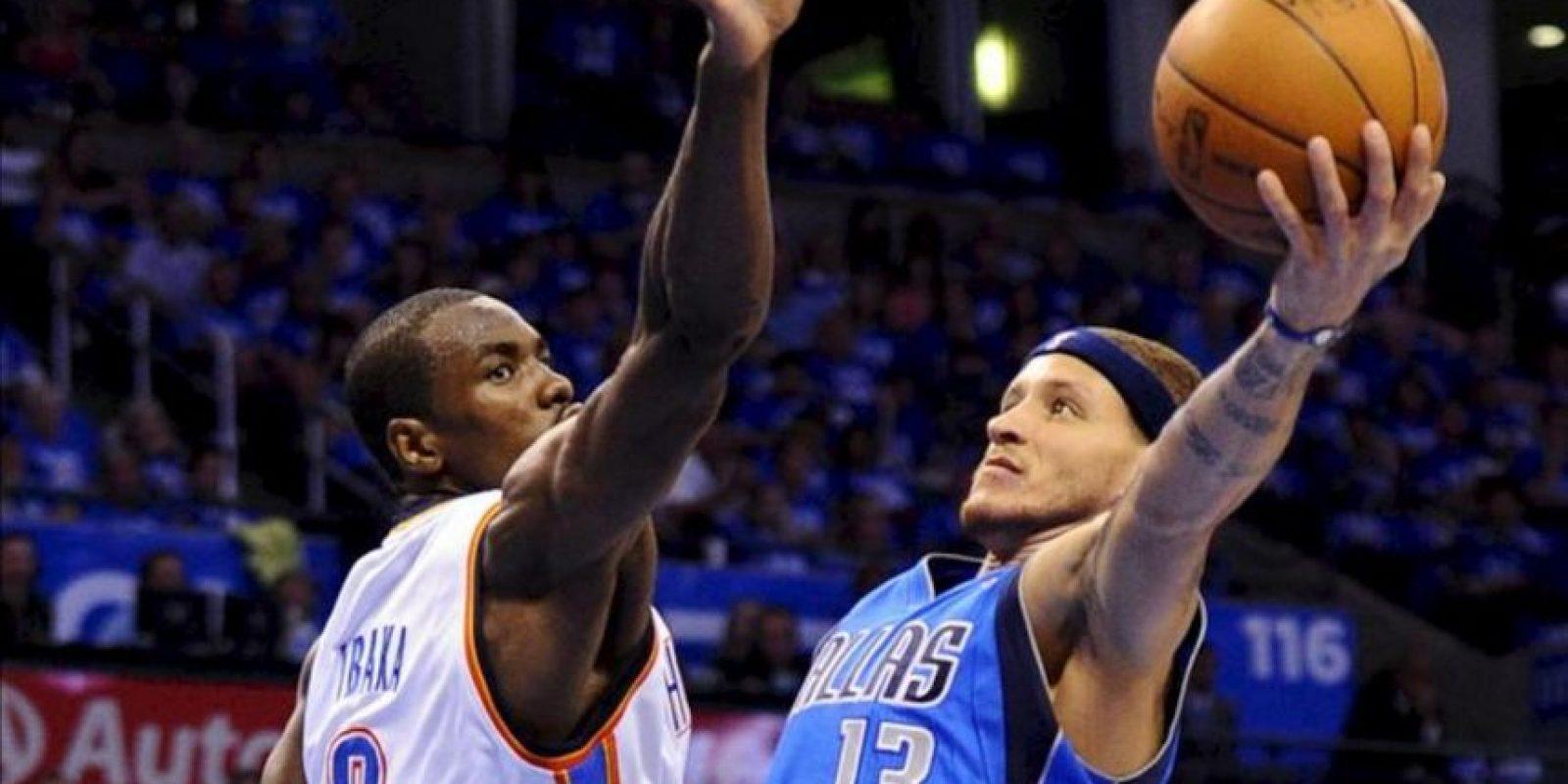 El jugador Delonte West (d) de los Dallas Mavericks hace un lanzamiento ante Serge Ibaka (i) de los Oklahoma Thunders (i) en una partido de la NBA disputado en el Chesapeake Energy Arena de Oklahoma City (EE.UU.). EFE