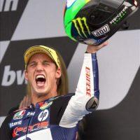 El piloto español Pol Espargaró (Kalex), celebra en el podio su victoria en Moto2, en el Gran Premio de España que se ha disputado hoy en el Circuito de Jerez. EFE