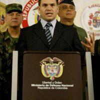 """El ministro de Defensa de Colombia, Juan Carlos Pinzón (c), lamentó lo sucedido con Langlois y exhortó a la guerrilla: """"si lo tiene, debe respetar su vida"""". EFE/Archivo"""