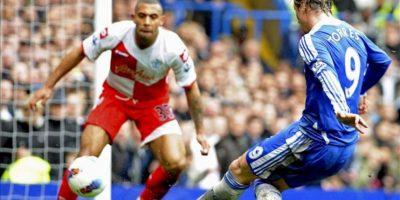 El delantero español del Chelsea, Fernando Torres, remata para conseguir el cuarto gol de su equipo ante el Queens Park Rangers, durante el partido de la Premier League inglesa disputado en el estadio Stamford Bridge, Londres. EFE