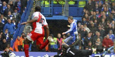 El delantero español del Chelsea, Fernando Torres (detrás), remata para conseguir el tercer gol de su equipo ante el guardameta del Queens Park Rangers, Paddy Kenny, durante el partido de la Premier League inglesa disputado en el estadio Stamford Bridge, Londres. EFE