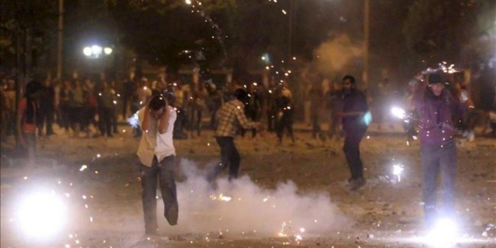 Fotografía facilitada hoy, domingo, 29 de abril de 2012, que muestra a manifestantes durante unos enfrentamientos en una protesta ante el Ministerio de Defensa en El Cairo (Egipto) ayer, sábado, 28 de abril de 2012. EFE