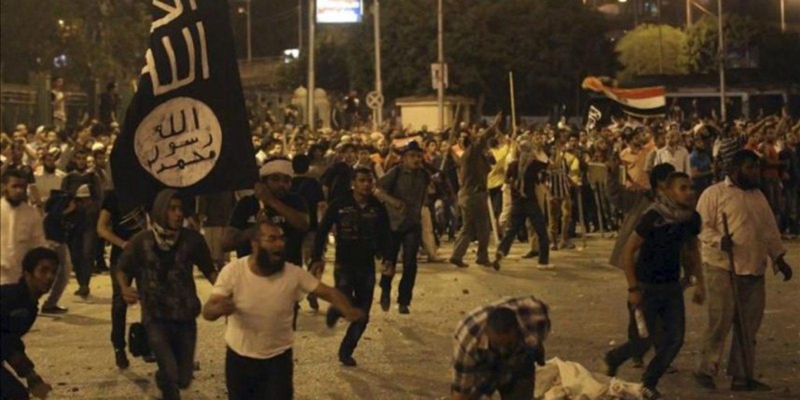 Fotografía facilitada hoy, domingo, 29 de abril de 2012, que muestra a manifestantes durante una protesta ante el Ministerio de Defensa en El Cairo (Egipto) ayer, sábado, 28 de abril de 2012. EFE