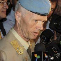 Fotografía proporcionada por la agencia siria de noticias SANA, del nuevo jefe de la misión de supervisión de la ONU en Siria (UNSMIS), el general noruego Robert Mood (i), compareciendo hoy ante la prensa en Damasco (Siria). EFE