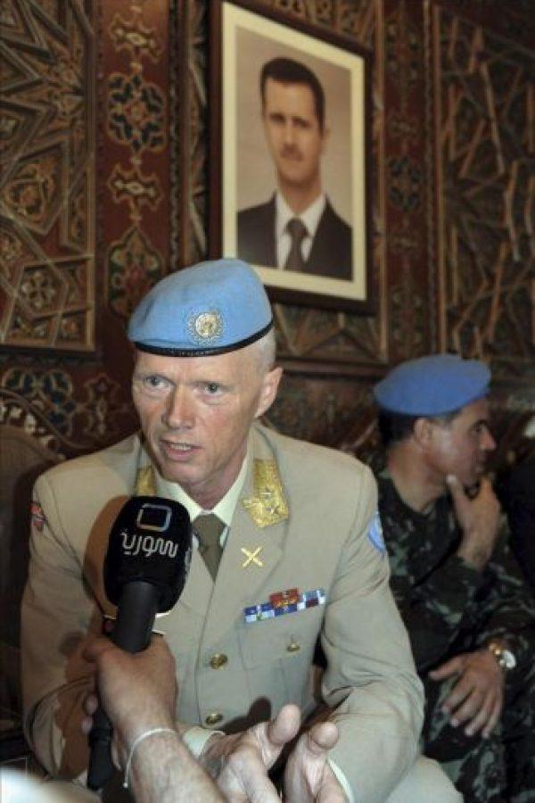 Fotografía proporcionada por la agencia siria de noticias SANA, del nuevo jefe de la misión de supervisión de la ONU en Siria (UNSMIS), el general noruego Robert Mood (i), compareciendo hoy ante la prensa en Damasco (Siria).EFE
