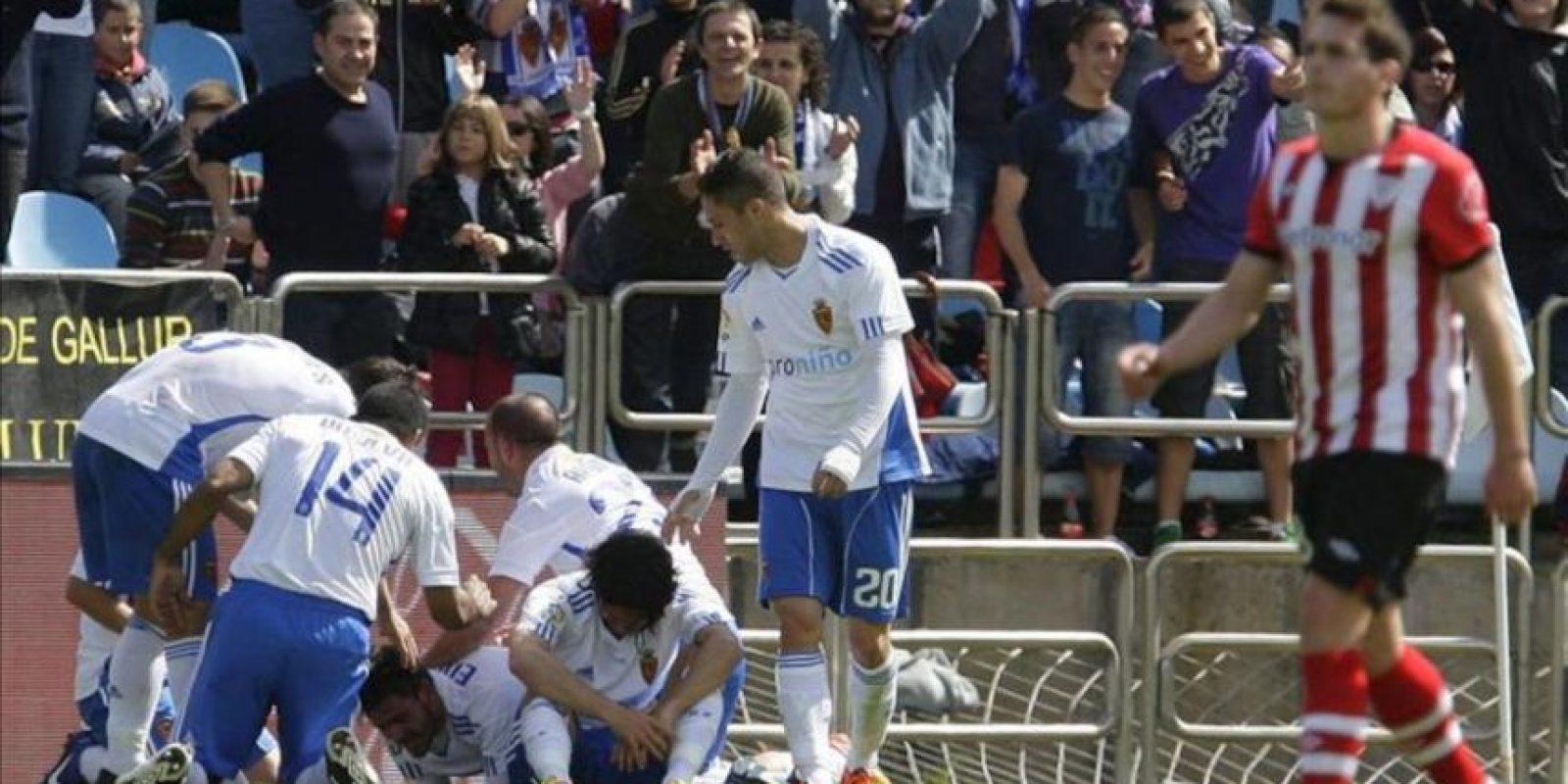 Los jugadores del Real Zaragoza celebran el primer gol, anotado por Edu Oriol, durante el partido, correspondiente a la trigésimo sexta jornada de Liga de Primera División, que han disputado ante el Athletic de Bilbao en el estadio de La Romareda. EFE