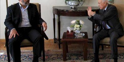 El secretario general de la Liga Árabe, Nabil Alaraby (dcha), se reúne hoy con el jefe político de Hamás, Jaled Meshaal (izda), en la sede de la Liga Árabe en El Cairo (Egipto). EFE
