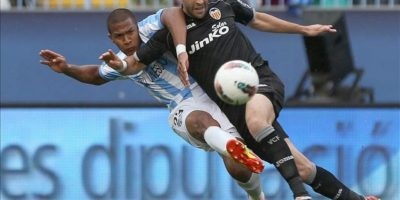 El delantero venezolano del Málaga CF José Salomón Rondón (i) chuta a portería ante la presión del defensa francés del Valencia CF Adil Rami durante el partido, correspondiente a la trigésimo sexta jornada de la Liga de Primera División, que han disputado ambos equipos en el estadio de La Rosaleda. EFE