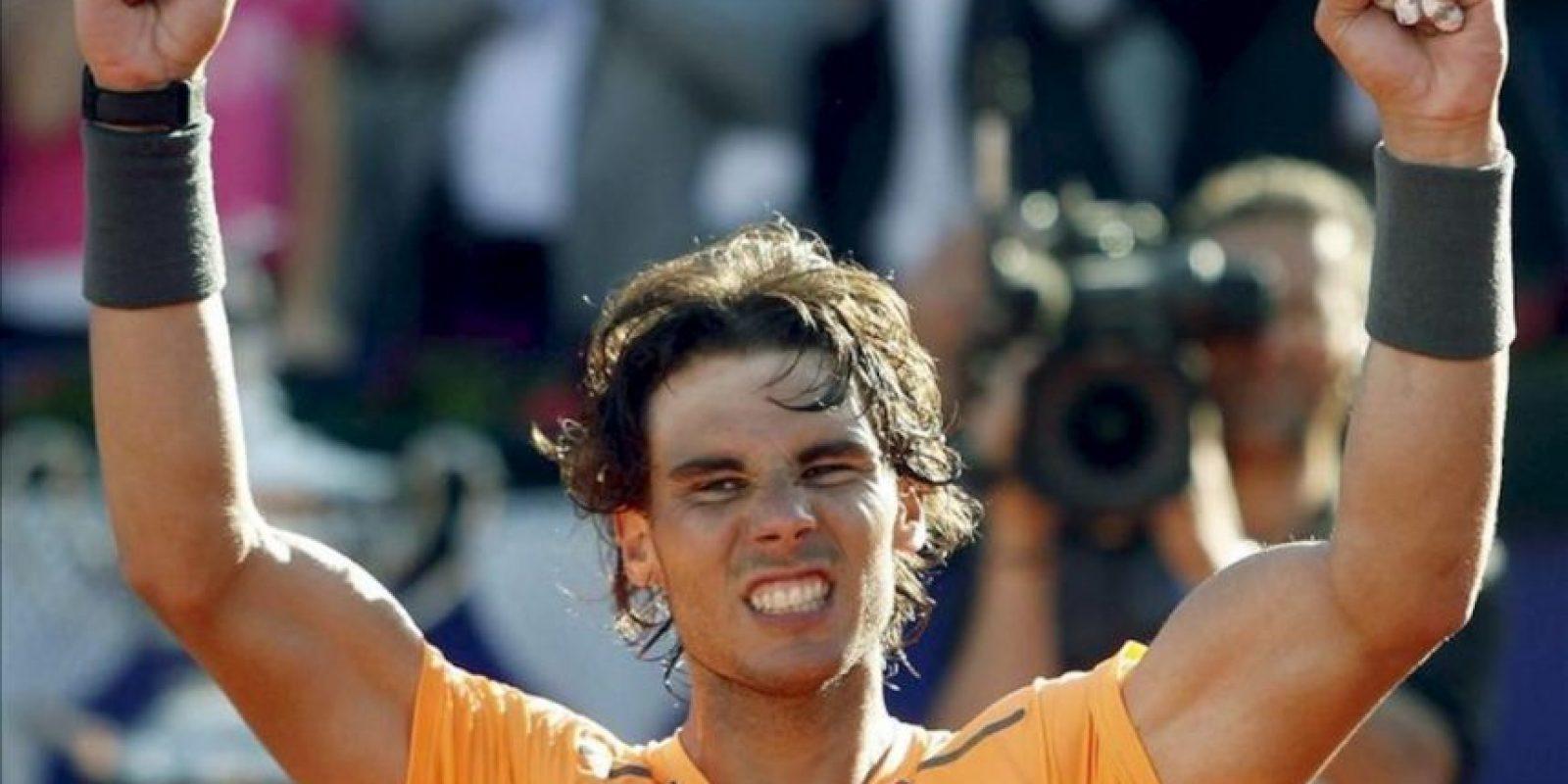 El tenista Rafa Nadal celebra su victoria en el trofeo Conde de Godó tras vencer en la final a David Ferrer , en el Real Club de Tenis de Barcelona. EFE