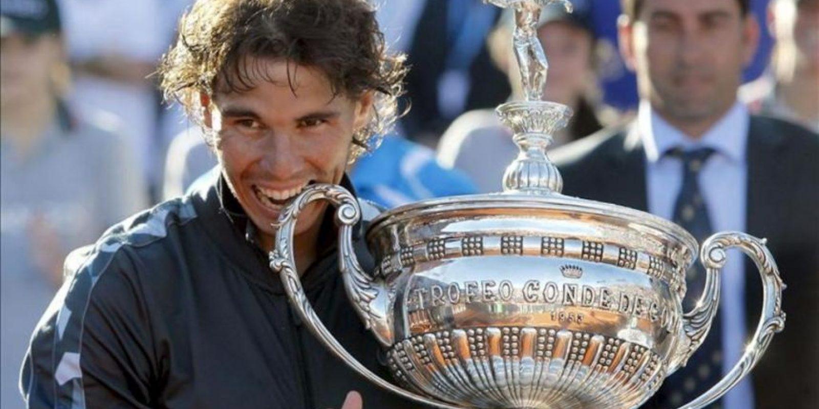 El tenista Rafa Nadal celebra su victoria en el trofeo Conde de Godó tras vencer en la final a David Ferrer en el Real Club de Tenis de Barcelona. EFE