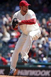 El lanzador de los Indios de Cleveland, Derek Lowe, lanza una bola ante los Angelinos de Los Ángeles, durante el partido de la Liga Americana del béisbol profesional estadounidense disputado en el estadio Progressive Field de Cleveland. EFE