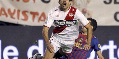 El delantero brasileño del Rayo Vallecano Diego Costa (i) cae ante la entrada del centrocampista del FC Barcelona Sergio Busquets durante el partido, correspondiente a la trigésimo sexta jornada de Liga de Primera División en el Estadio de Vallecas. EFE