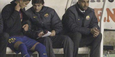 El segundo entrenador del FC Barcelona, Tito Vilanova, conversa con el holandés Afellay en presencia de Guardiola, durante el partido ante el Rayo Vallecano. EFE