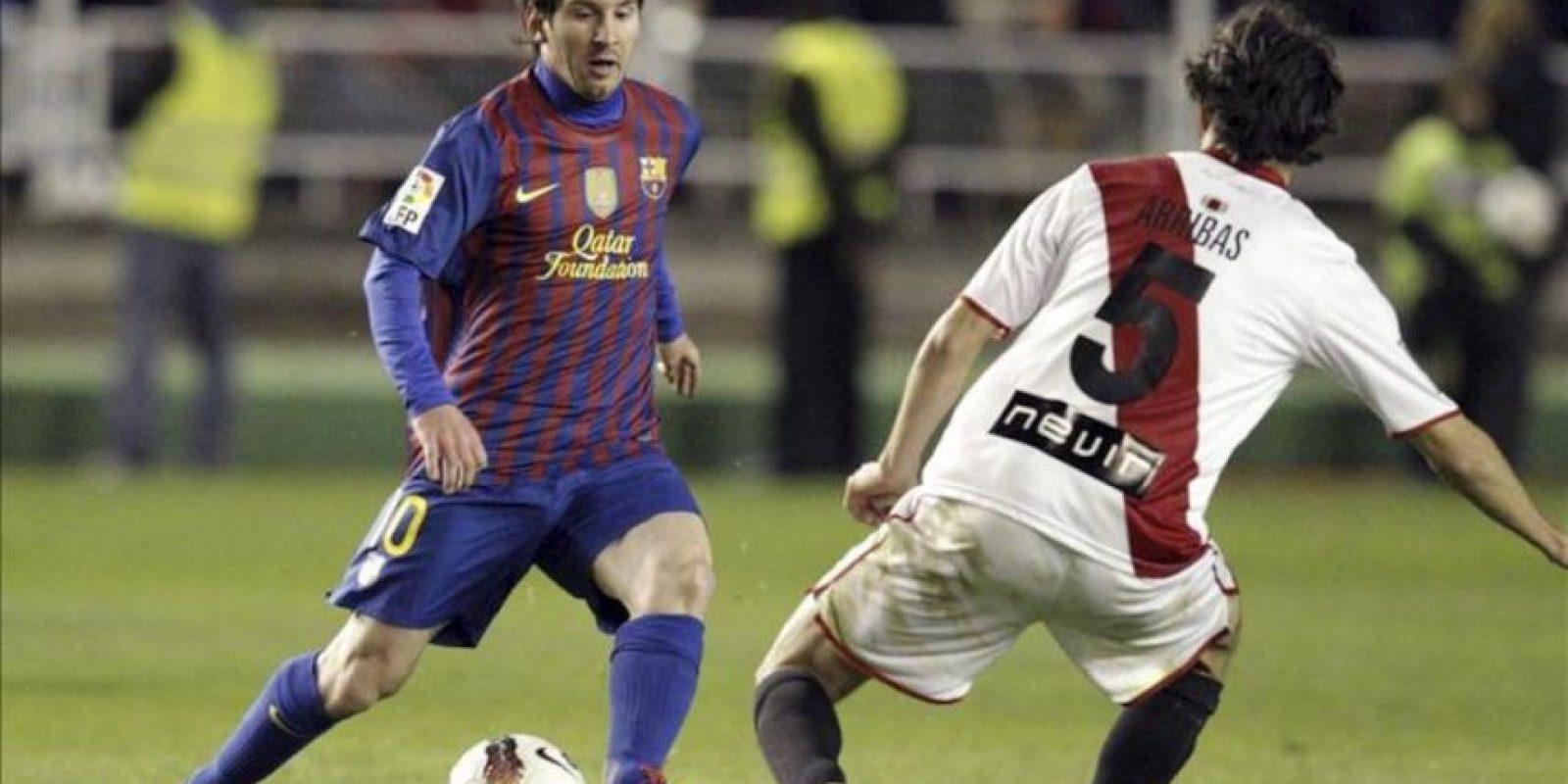 El defensa del Rayo Vallecano Alejandro Arribas trata de frenar la internada del argentino Leo Messi, del FC Barcelona. EFE