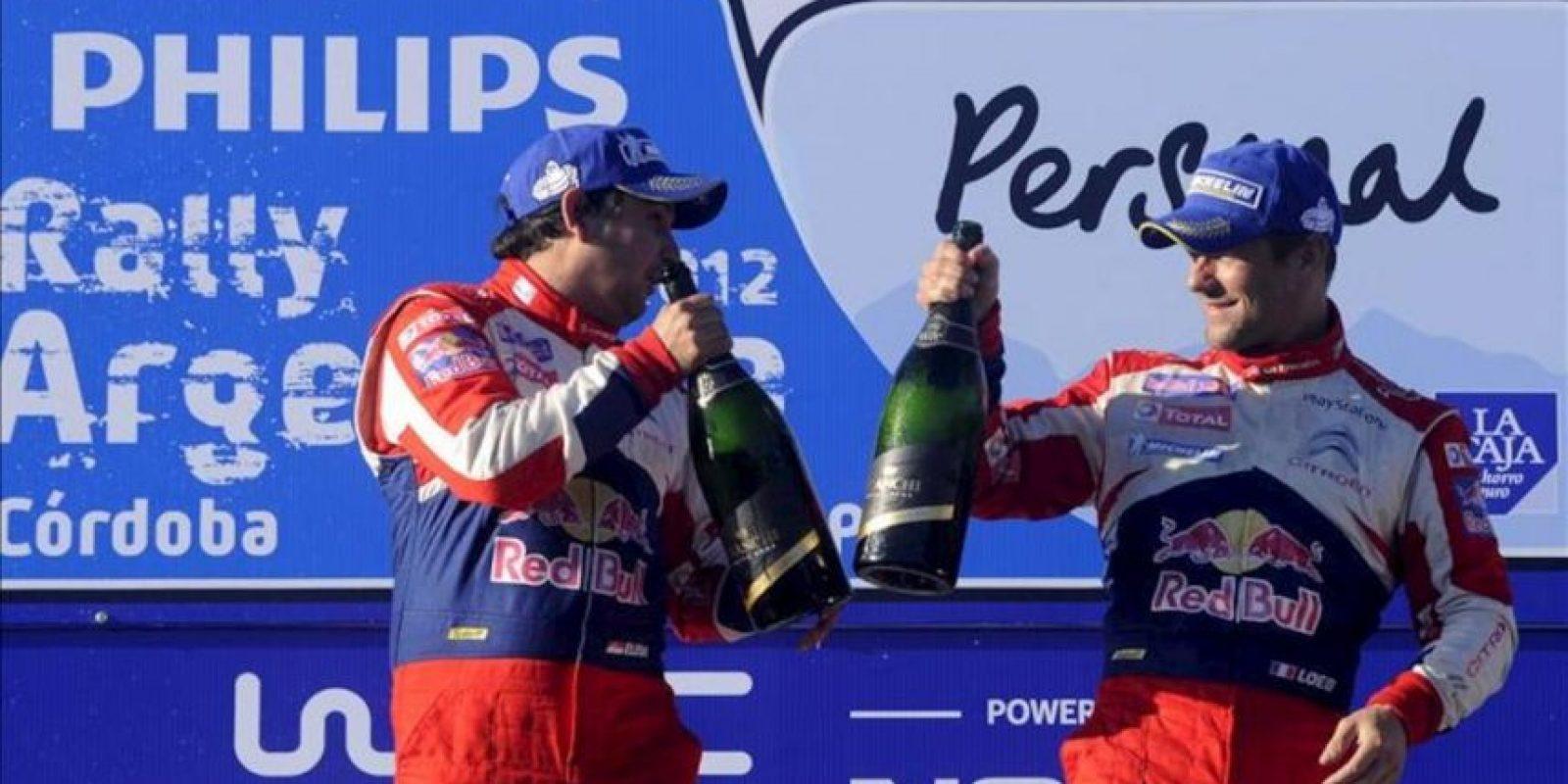 El piloto francés Sebastian Loeb (d) y su copiloto, Daniel Elena (i), celebran después de ganar el rally de Argentina 2012 en Villa Carlos Paz (Argentina). El rally de Argentina es la quinta cita del año de un total de trece del Campeonato de Rally de la FIA. EFE