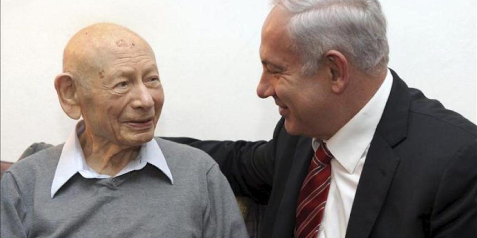 Imagen fechada el 25 de marzo de 2012 y distribuida por el Gobierno de Israel, hoy, 30 de abril de 2012, que muestra al primer ministro israelí, Benjamin Netanyahu, junto a su padre Ben Sión Netanyahu, en Jerusalén (Israel).