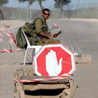 Un soldado israelí vigila una carretera cortada que conduce a la frontera libano-israelí en la localidad israelí de Metula. EFE/Archivo