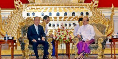 El secretario general de la ONU, Ban Ki-moon (i), se reúne con el presidente birmano, Thein Sein (d), en Naypyidaw, la capital de Birmania, el lunes 30 de abril de 2012. EFE