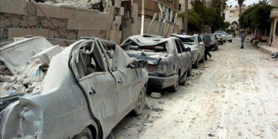 Fotografía distribuida por la Agencia Árabe Siria de Noticias SANA, que muestra coches destrozados tras una explosión hoy lunes 30 de abril de 2012 en Idleb, Siria. EFE