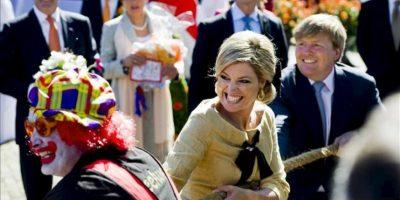 El príncipe Guillermo Alejandro (d) de Holanda y su esposa la princesa Máxima (c) participan en el juego de la cuerda en Rhenen, Holanda, durante las celebraciones del Dia de la Reina. EFE