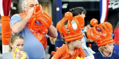 Varios niños con coronas de color naranja en Rhenen, Holanda, hoy lunes 30 de abril de 2012, durante las celebraciones del Dia de la Reina. EFE