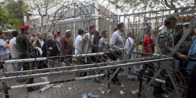 Manifestantes egipcios bloquean el paso frente al Ministerio de Defensa, en el barrio de Abasiya, en El Cairo (Egipto), hoy, 30 de abril de 2012. Las protestas continúan después de que una persona muriera y 119 resultaran heridas el pasado sábado en los choques entre manifestantes salafistas y residentes del barrio cairota de Abasiya ocurridos durante una sentada contra la decisión de la Comisión Electoral de excluir la candidatura del jeque salafista Hazem Abu Ismail a las elecciones presidenciales de mayo por la supuesta nacionalidad estadounidense de su madre. EFE