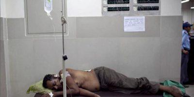 Un herido por explosión yace en una cama de un hospital de Katmandú, Nepal, hoy lunes 30 de abril de 2012. EFE