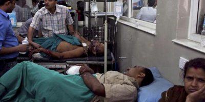 Heridos por explosión yacen en camas de un hospital de Katmandú, Nepal, hoy lunes 30 de abril de 2012. EFE