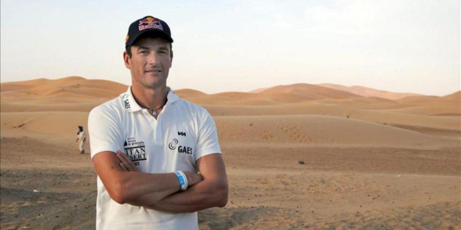 Marc Coma, triple ganador del rally Dakar, durante un descanso hoy de la Titan Desert, la carrera más dura del mundo en 'mountain bike' por el desierto, que se desarrolla en Marruecos y donde el catalán ha abandonado momentáneamente su motocicleta para embarcarse en esta aventura ciclista. EFE